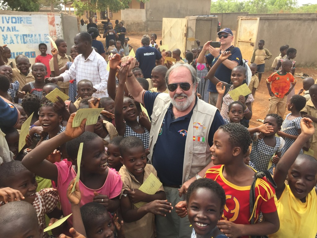 Resultado de imagen para MEDICOS VACUNANDO AFRICA