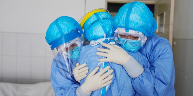 Imagen que contiene persona, interior, cuarto de hospital, azul  Descripción generada automáticamente